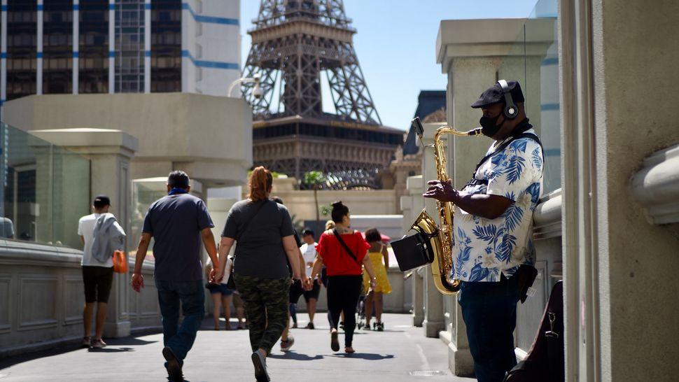 Des touristes sur le Strip, le 6 avril