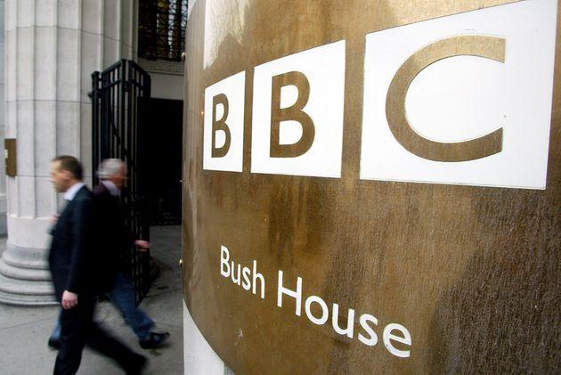 Des piétons passent devant les locaux de la BBC à Londres le 7 décembre