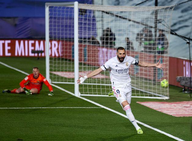 Benzema celebra su gol al