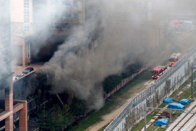 10일 오후 경기 남양주시 다산동의 한 주상복합건물에서 불이나 연기가 치솟고