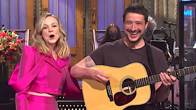 Mumford And Sons Frontman Tries To Steal 'SNL' Monologue Spotlight From Wife Carey Mulligan.jpg