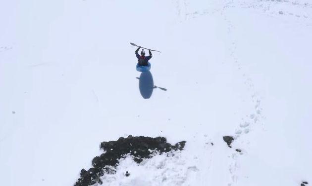 Βίντεο: Παράτολμη κατάβαση χιονισμένης βουνοπλαγιάς με