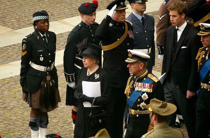 Felipe de Edimburgo e Isabel II en el funeral de la reina madre en 2002.