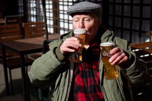 Βρετανία: Ξανάνοιξαν μετά από μήνες οι παμπ, από το πρωί για μπύρες οι