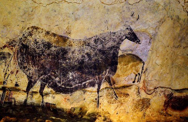 Photo d'une peinture préhistorique d'un taureau dans la grotte de Lascaux, prise en juillet