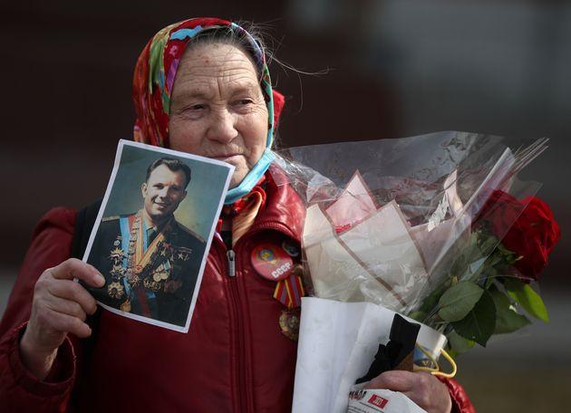 Μικροί και μεγάλοι αφήνουν λουλούδια στον τάφο του σοβιετικού κοσμοναύτη στην Νεκρόπολη στα κόκκινα Τείχη του Κρεμλίνου