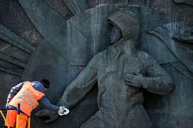 Πυρετώδεις οι προετοιμασίες στη Μόσχα. Εδώ ανάγλυφο που απεικονίζει τον Γιούρι Γκαγκάριν