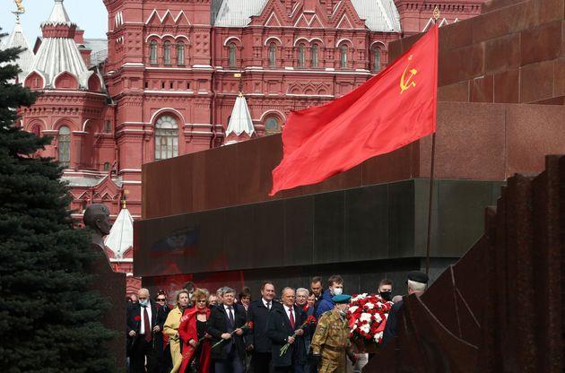 Ο Ζουγκάνοφ, ηγέτης του Ρωσικού Ομοσπονδιακού Κομουνιστικού Κόμματος της κατευθύνεται προς τον τάφο του Γκαγκάριν