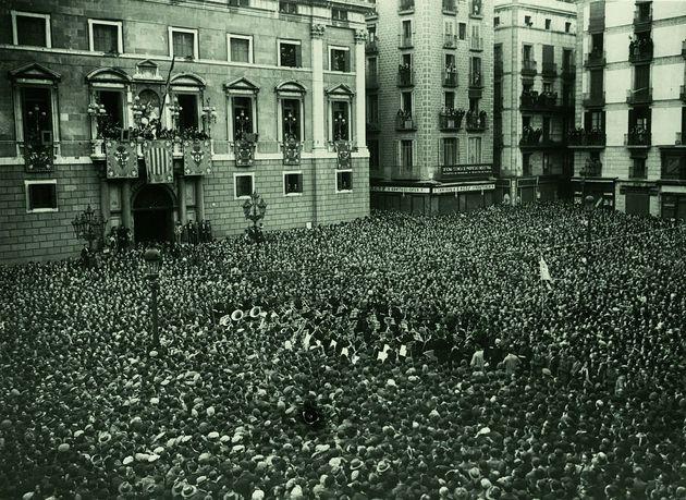 La Banda Municipal de Barcelona participa de la proclamación de la II República en la Plaça de Sant Jaume...