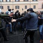 Tensione alla manifestazione a Roma. Bombe carta verso gli agenti, cariche della