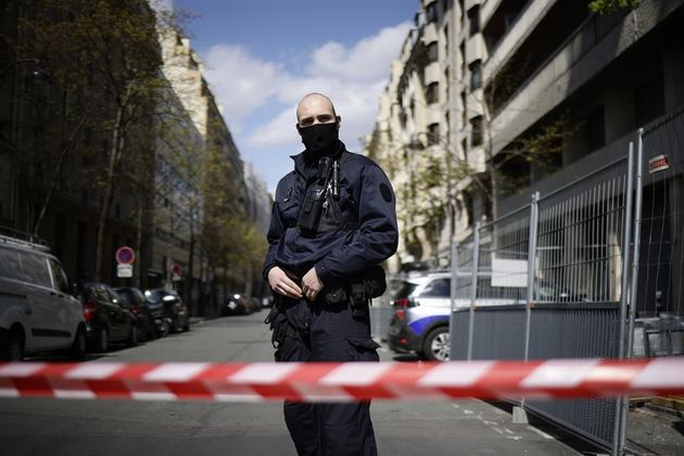 Un policía vigila la entrada al hospital Henri Dunant de