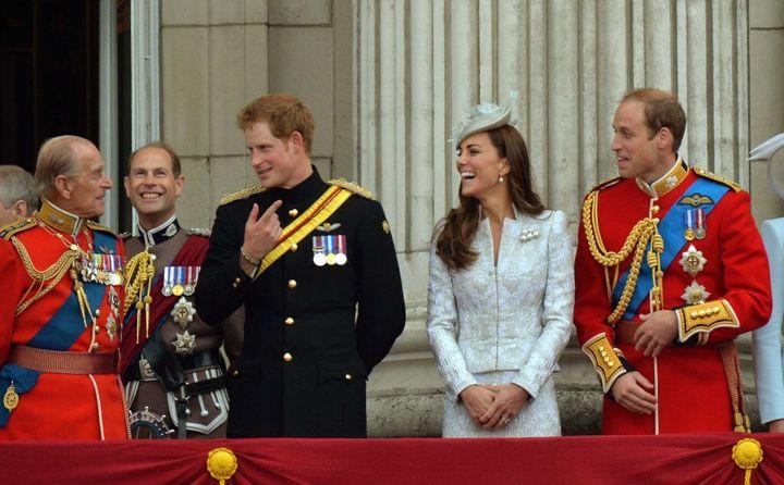 El príncipe Harry y los duques de Cambridge escuchan divertidos al dique de Edimburgo en un acto público.