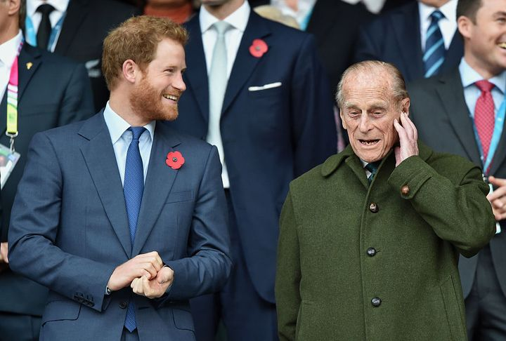 El príncipe Harry junto a su abuelo durante un partido de rugby en 2015.