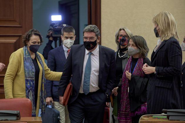 El ministro de Inclusión, Seguridad Social y Migraciones, José Luis Escrivá (centro), junto a la presidenta...