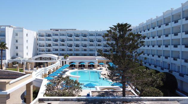 Το ξενοδοχείο Mitsis Grand Hotel Beach όπου φιλοξενούνται 189 Ολλανδοί επισκέπτες σε μία «πρόβα τουρισμού»....