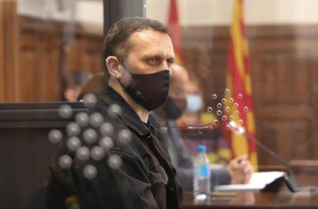 El acusado Norbert Feher, alias 'Igor el Ruso' declara en una cabina de cristal blindada, en la Audiencia...