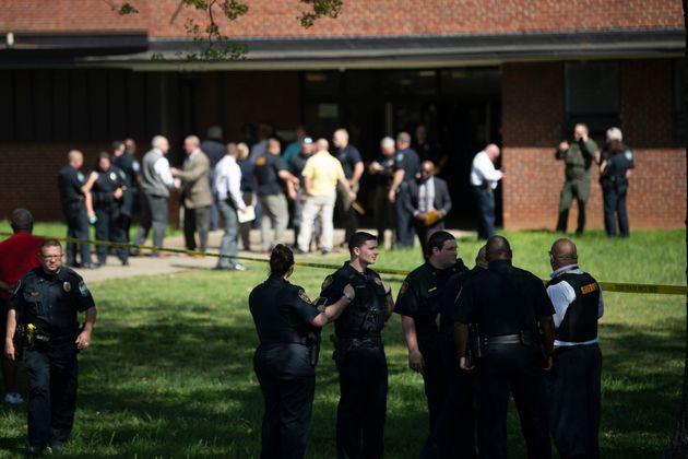 Des policiers devant un lycée deKnoxville, dans le Tennessee aux États-Unis, lieu...