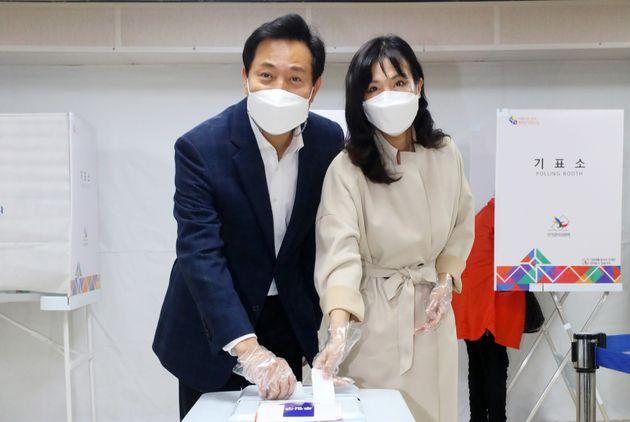 오세훈 국민의힘 서울시장 후보가 부인 송현옥 씨와 함께 3일 오후 서울 광진구 자양3동주민센터에 마련된 사전투표소에서 투표를 하고 있다.