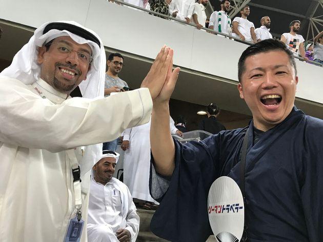 東松さん(右)は週末を利用して海外旅行を続け、これまで約70カ国を訪れている