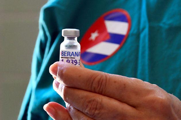 Un vial de la candidata cubana a vacuna Soberana