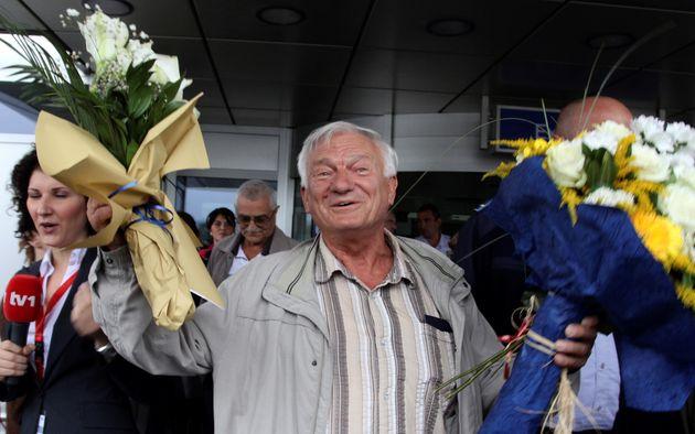 O Σέρβος και πρώην στρατηγός του στρατού της Βοσνίας, Γιοβάν Ντίβιακ με λουλούδια στα χέρια, τα οποία έλαβε από υποστηρικτές του, όταν έμεινε ελεύθερος από την Αυστρία και επέστρεψε στο Σαράγεβο. 29 Απριλίου 2011. REUTERS/Danilo Krstanovic/File Photo