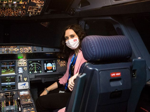 La presidenta de la Comunidad de Madrid, Isabel Díaz Ayuso, en la cabina de un avión este lunes 12 de
