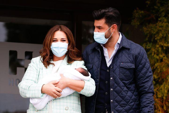 Paula Echevarría y Miguel Torres presentan a su hijo Miguel.