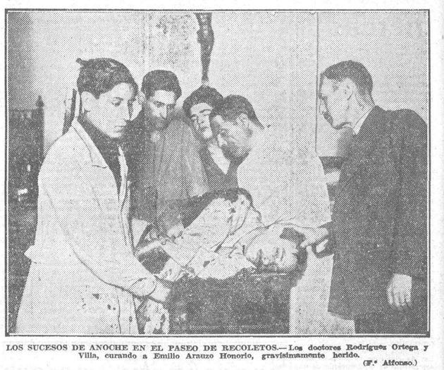 Emilio Arauzo es atendido por los doctores en la Policlínica de la calle Tamayo, después de recibir el...