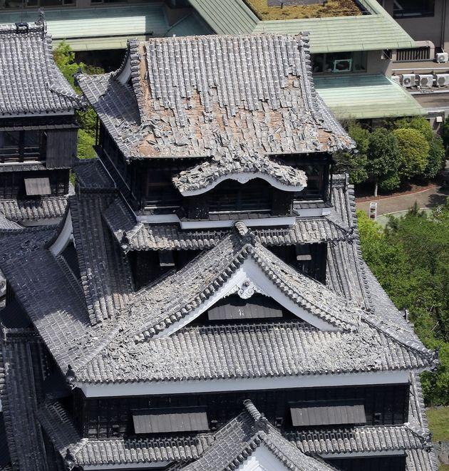 屋根瓦が崩れた熊本城=熊本市、2016年4月15日撮影