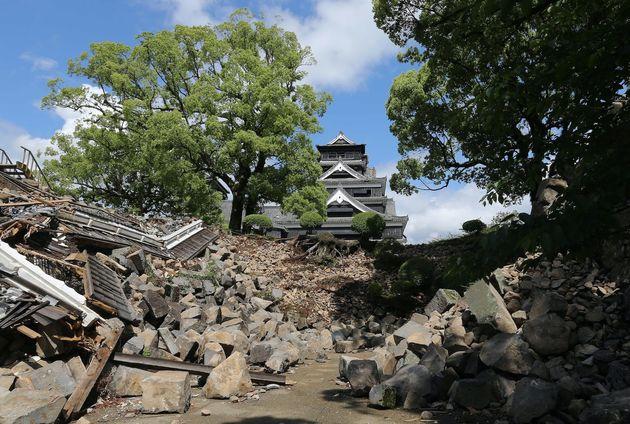 熊本城への道をふさぐ崩れた石垣=熊本市、2016年5月11日