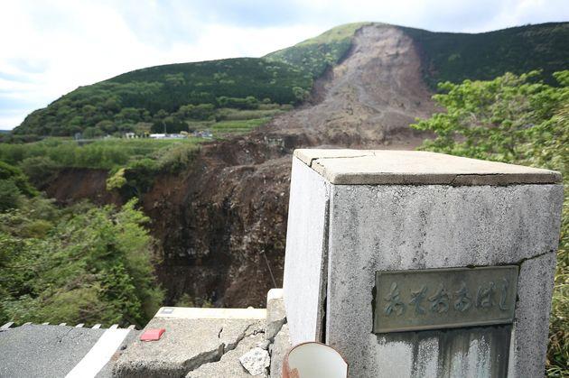 崩落した阿蘇大橋周辺=熊本県南阿蘇村、2016年5月11日撮影