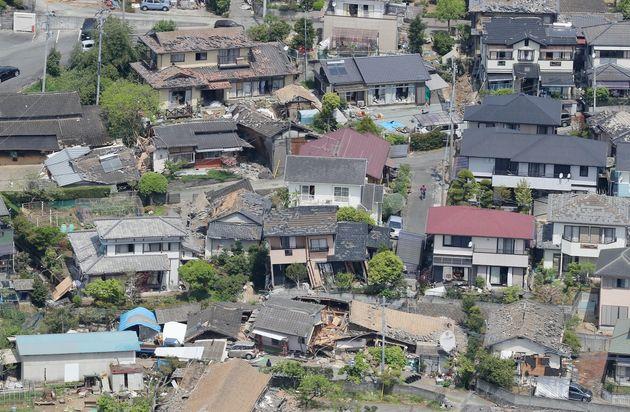 地震で壊れた家屋=2016年4月15日、熊本県益城町