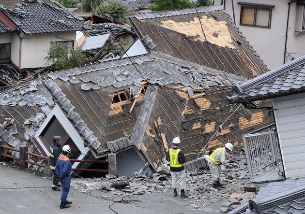 倒壊した家屋=2016年4月18日撮影、熊本県益城町