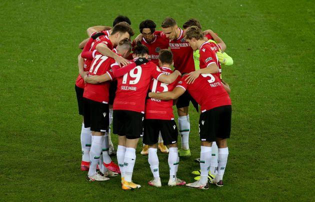 ドイツ・ハノーバーで行われたサッカーDFBカップ2回戦の試合前にハドルを組むハノーファー96の選手たち=2020年12月23日