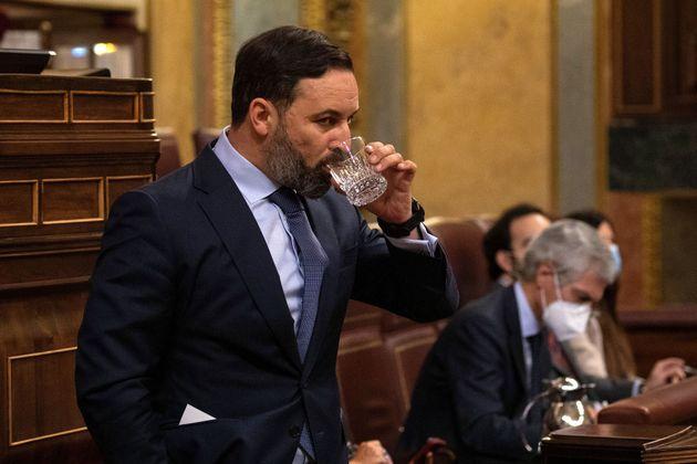 Santiago Abascal toma un trago de agua durante una sesión en el