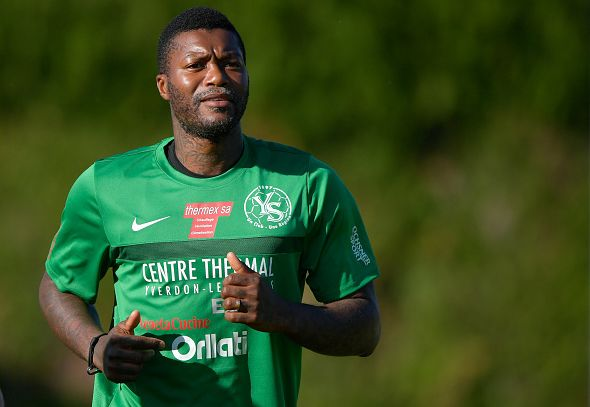 Le footballeur Djibril Cissé s'échauffe pendant un entrainement avec son club suisse Yverdon Sport