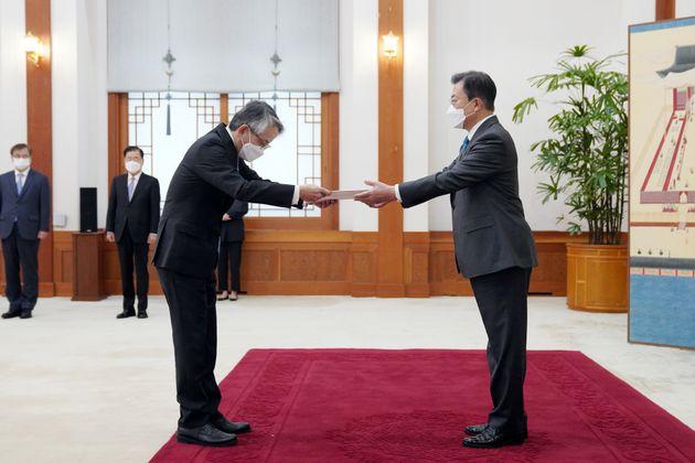 문재인 대통령이 14일 청와대 본관에서 열린 주한대사 신임장 제정식에서 아이보시 고이치 주한 일본 대사로부터 신임장을 받고