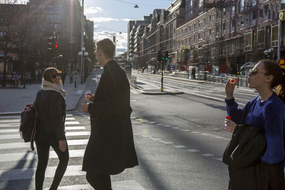 Persone in strada a Stoccolma, foto dell'aprile