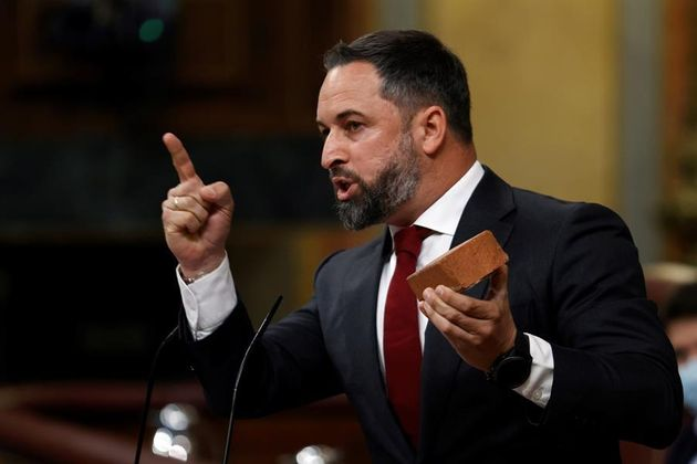 El presidente de Vox, Santiago Abascal, enseña un adoquín durante su intervención este miércoles en el