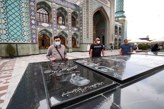 Des Iraniens se recueillent sur la tombe de Mohsen Fakhrizadeh, tué quelques mois auparavant par...