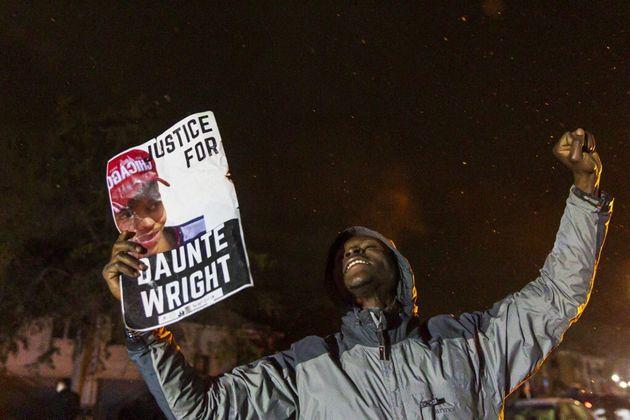 Un manifestant lors d'un rassemblement en hommage à Daunte Wright le 13 avril 2021 à