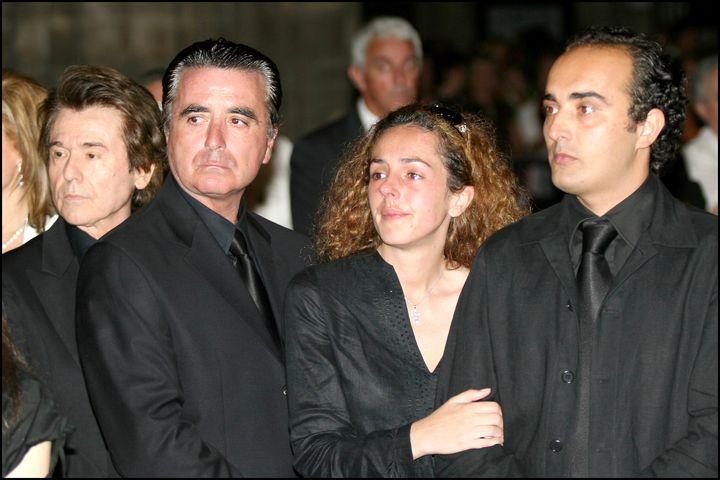 Raphael, José Ortega Cano, Rocío Flores y Fidel Albiac en el entierro de Rocío Jurado.