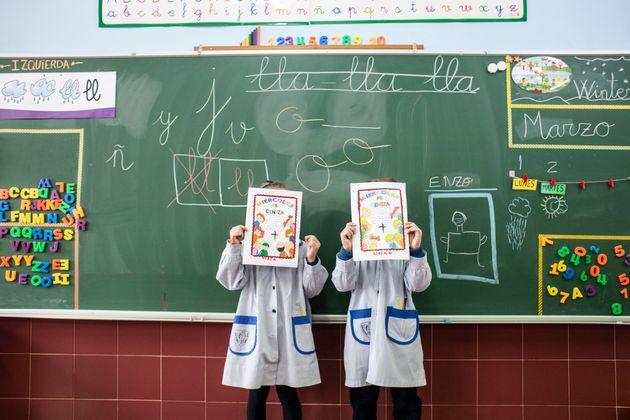 Dos niños en un colegio de