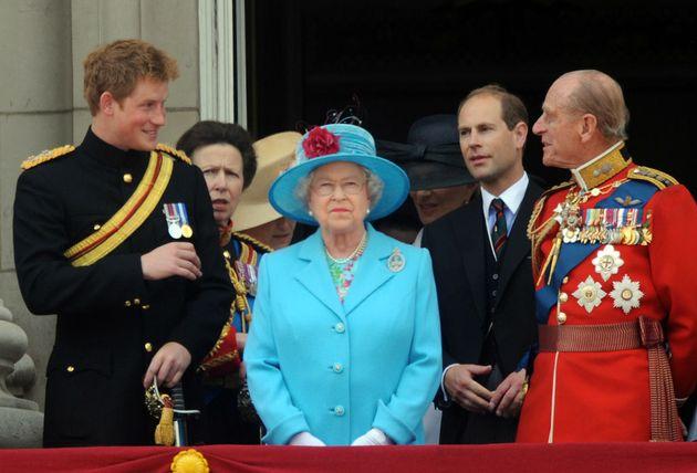 La Regina Elisabetta risparmia l'umiliazione a Harry, il funerale di Filippo sarà senza uniformi