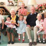 Kate e William condividono una foto del Principe Filippo circondato dai suoi nipotini (ma manca