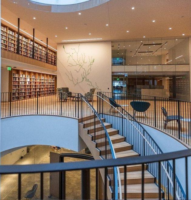 Αποψη των κεντρικών χώρων του πρώτου ορόφου της βιβλιοθήκης