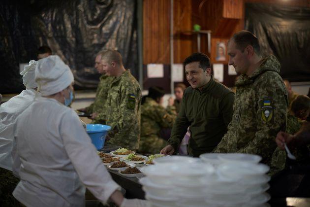 Ο Ζελένσκι για φαγητο με τους στρατιώτες