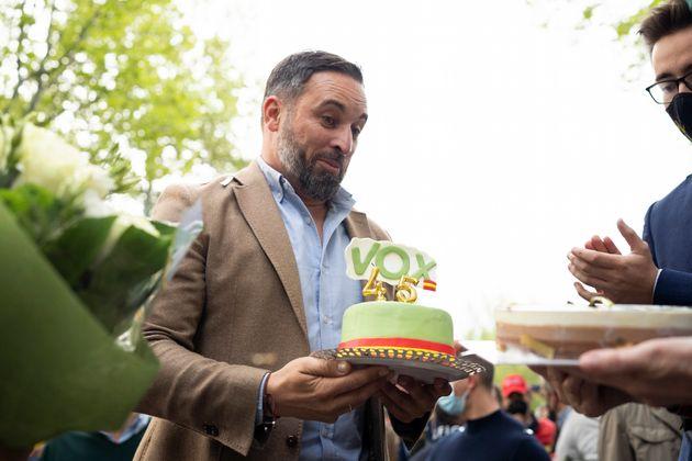 Santiago Abascal, líder de Vox, sosteniendo una tarta de