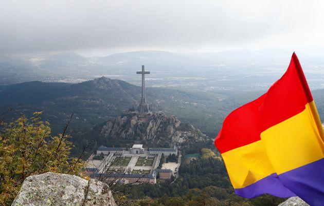 Una bandera republicana ondea, con el Valle de los Caídos al fondo, el día de la exhumación de Franco,...