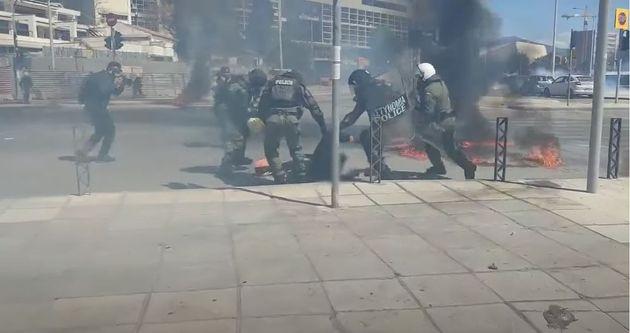 Βίντεο: Αστυνομικοί σβήνουν φωτιά στο πόδι διαδηλωτή που είχε ρίξει